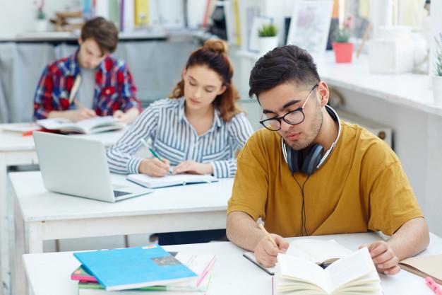 jovens estudando inglês